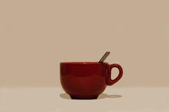 Большая лоснистая красная круглая чашка с ручкой и ложкой Стоковое Изображение RF