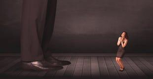 Большая персона с малой концепцией коммерсантки Стоковые Фотографии RF