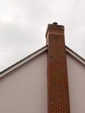 Большая печная труба на стороне дома с предпосылкой неба и Стоковое фото RF