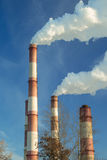 большая печная труба фабрики с плотным дымом Стоковые Фотографии RF