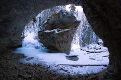 Большая пещера и глубокое ущелье реки с текущей водой и замороженным водопадом, каньоном Johnston, национальным парком Banff, Кан стоковые фотографии rf