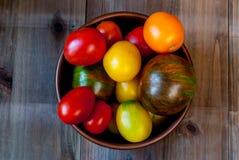 Большая плита с красными томатами Стоковые Изображения RF