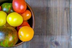 Большая плита с красными томатами Стоковое Фото