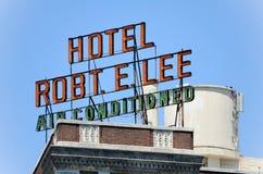 Большая ретро неоновая вывеска с гостиницой Robt e Ли с кондиционером Стоковая Фотография