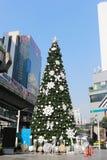 Большая рождественская елка в украшениях городских на Бангкоке Стоковое Изображение RF