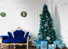 Большая рождественская елка с много настоящими моментами и различными декорумами Стоковое Изображение