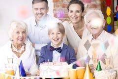 Большая семья имея вечеринку по случаю дня рождения стоковое изображение