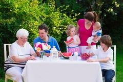 Большая семья имея обед outdoors Стоковое Изображение