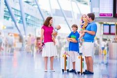 Большая семья на авиапорте Стоковые Фотографии RF