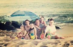 Большая семья на песочном побережье Стоковое Изображение