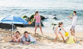 Большая семья отдыхая на пляже Стоковое Фото