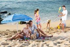 Большая семья отдыхая на пляже Стоковые Изображения
