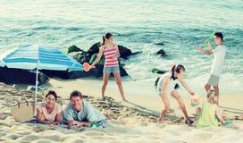 Большая семья отдыхая на пляже Стоковые Фото