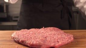 Большая сочная часть мяса на доске Сельскохозяйственные продукты сток-видео