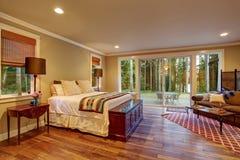 Большая спальня хозяев с паркетом стоковая фотография