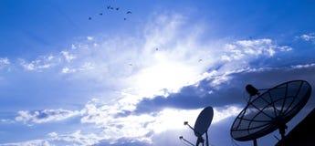 Большая спутниковая антенна-тарелка на голубом небе Стоковые Изображения RF