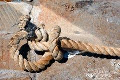 Большая старая веревочка на камне Стоковая Фотография RF
