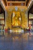 Большая статуя Будды золота в виске бирманца Dhammikarama Стоковое Изображение