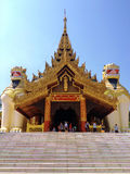 Большая статуя попечителей льва на входе к пагоде Shwedagon Стоковые Изображения RF