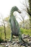 Большая статуя Edmontosaurus стоя на скалистой земле Стоковые Изображения