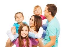Большая счастливая семья родителей и 3 девушек стоковые фотографии rf