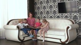Большая счастливая семья смеясь над смотрящ камеру видеоматериал