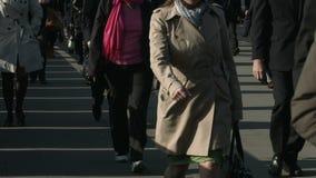 Большая толпа пешеходов идет над мостом 54 Лондона акции видеоматериалы