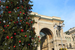 Большая украшенные рождественская елка и галерея предназначенные к королю Стоковая Фотография