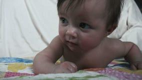 Большая улыбка младенца на Tummy Стоковое Фото
