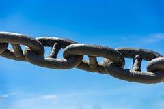 Большая цепь на предпосылке неба Стоковая Фотография RF