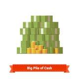 Большая штабелированная куча наличных денег и некоторых золотых монеток Стоковое Изображение RF
