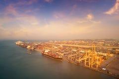 Большая шлюпка доставки контейнера на грузя дворе Стоковая Фотография RF