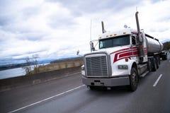 Большая semi тележка с трейлером танка нержавеющей стали на скоростном шоссе Стоковое фото RF