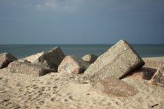 Большие бетонные плиты на пляже используемом для groyne Стоковое Фото
