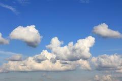 Большие белые облака в голубом небе Стоковые Фото