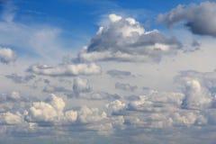 Большие белые облака в небе Стоковая Фотография
