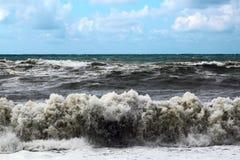 Большие волны моря ломая на береге Стоковые Изображения RF