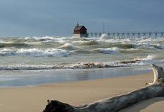 Большие волны на грандиозном маяке гавани Стоковое Изображение