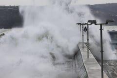 Большие волны разбивая на волнорезе Стоковые Фотографии RF