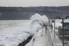 Большие волны разбивая на волнорезе Стоковое фото RF