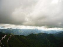 большие горы горы ландшафта Дорога в горах покрытых лесом Стоковые Фото