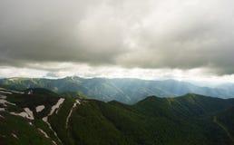большие горы горы ландшафта Дорога в горах покрытых лесом Стоковая Фотография