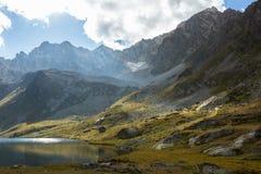 большие горы горы ландшафта Пройдите Uchkulan озеро гористой местности Стоковая Фотография