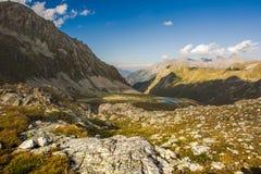 большие горы горы ландшафта Пройдите Uchkulan озеро гористой местности Стоковое Фото