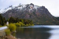 Большие горы снега с лесом, bariloche, ландшафтом горы Стоковая Фотография RF