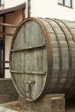 Большие, деревянные бочки дуба для винных изделий в фабрике вина в зоне Taman Краснодара России Стоковое фото RF