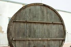 Большие, деревянные бочки дуба для винных изделий в фабрике вина в зоне Taman Краснодара России Стоковые Фотографии RF