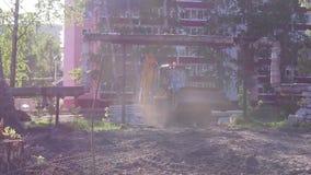 Большие желтые езды бульдозера к строительной площадке акции видеоматериалы