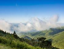 Большие закоптелые горы увиденные от голубого бульвара Риджа Стоковые Фото