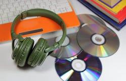 Большие зеленые наушники с дисками и компьютером Стоковые Фото